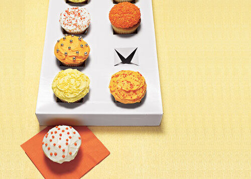 Clever idea: box lid cupcake holder