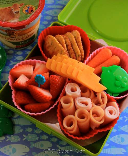 Kids food: silicone cupcake moulds as food dividers