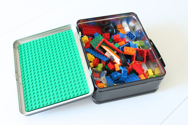 Use a tin lunch box to create a travel set of LEGO. Brilliant idea for kids always on the move.