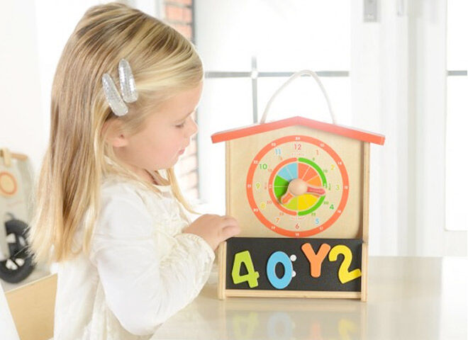 Learn to tell the time with the wooden clock from Masterkidz