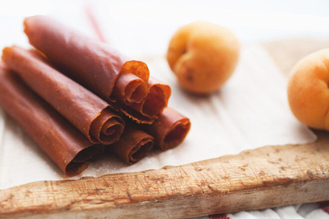 Super tasty recipe for homemade apricot fruit roll-ups