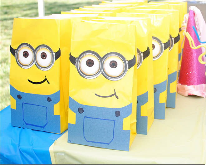 Party bags for little Minions! How adorable are these Minion party favour bags? | Mum's Grapevine