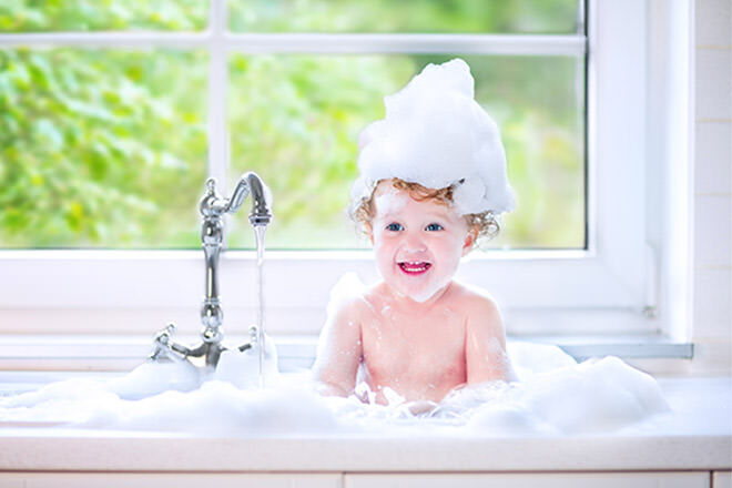 Alternatives to a baby bath - Wash bub in the sink! | Mum's Grapevine