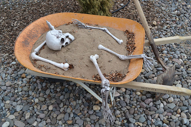 Got a wheelbarrow? Fill it with dirt and bones for a deadly decoration