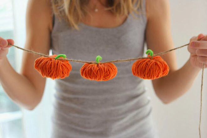 There's nothing that says Halloween more than pumpkins. And here's a whole garland of them!