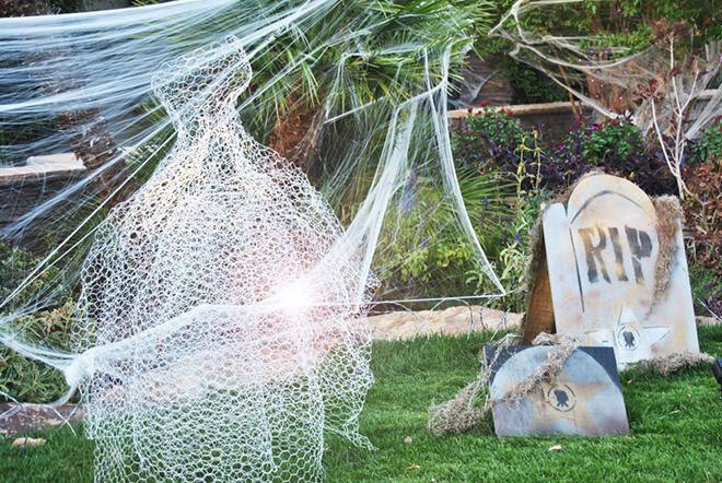 Chicken wire ghosts make easy peasy Halloween decorations