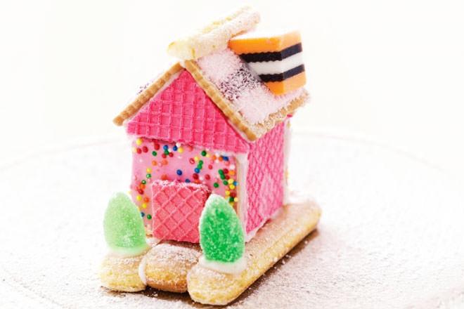 Super cute Christmas biscuit house idea