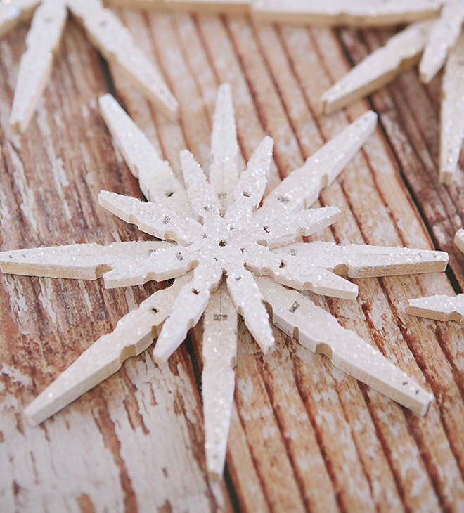 DIY snowflake with clothespin and glitter