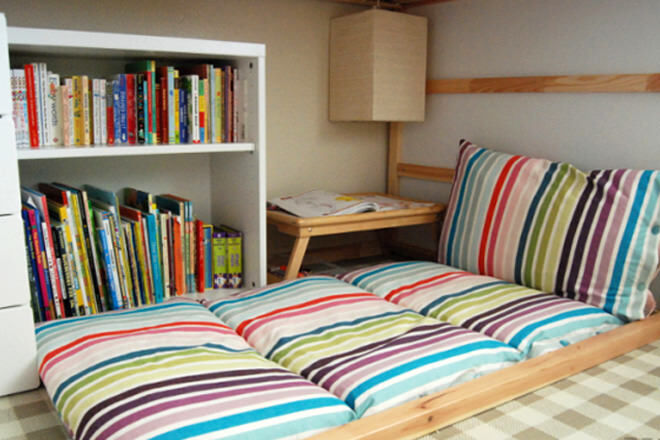 Make your own folding floor cushions - they're perfect for lounging around on with a good book. Get the tutorial here!