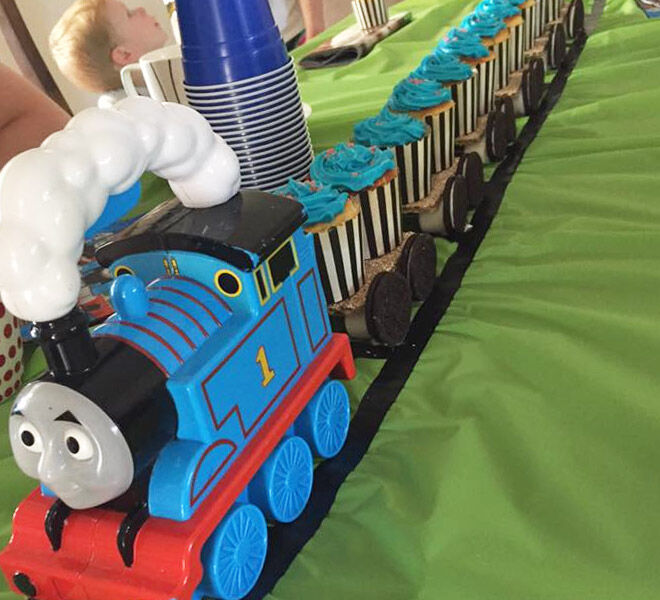 Thomas-cake-with-cupcakes