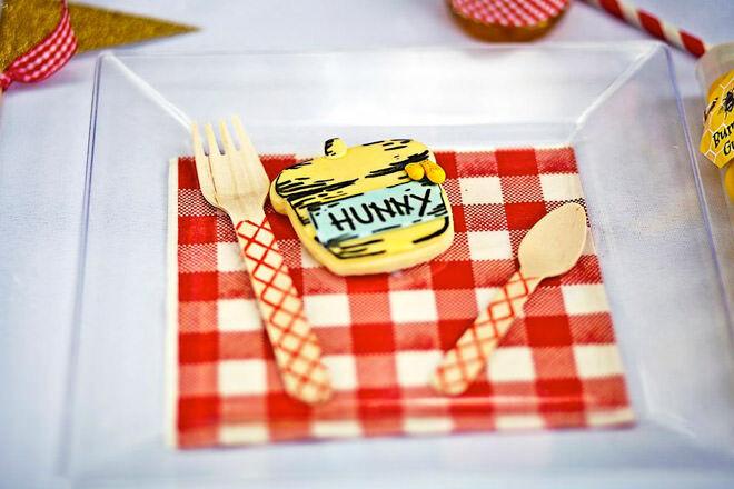 Winnie the Pooh party tableware