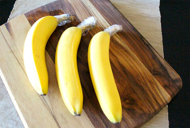 Wrapping bananas. How to keep your fruit and vegetables fresher for longer.