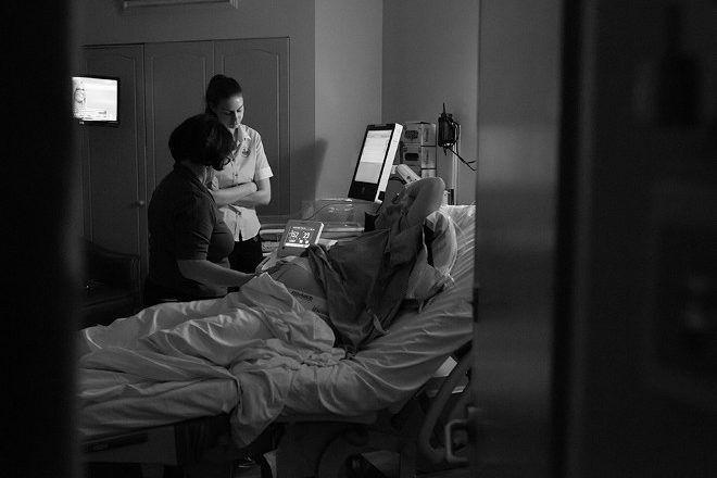 Kelly Jordan Photography midwife at hospital birth
