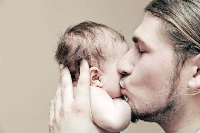 dads can help cut colic in baby