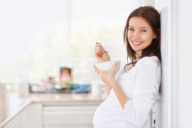 Pregnant mum eating healthy
