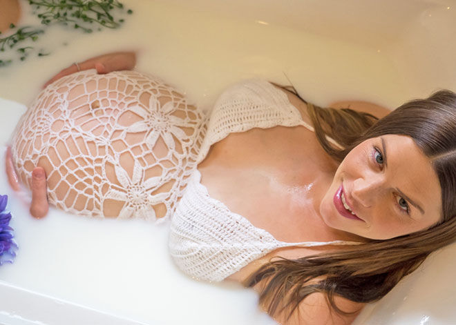Laura Brouwer DIY milk bath maternity photo shoot