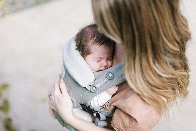 Breastfeeding and babywearing in structured carrier
