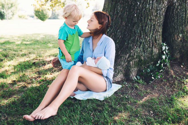 20 tips to entertaining a toddler while feeding a newborn | Mum's Grapevine