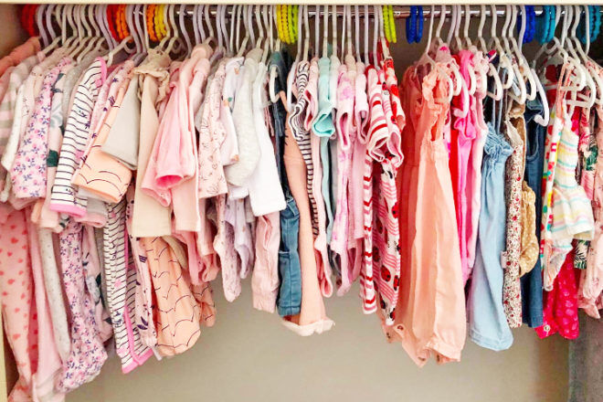 how to organise baby clothes using coloured links on hangers