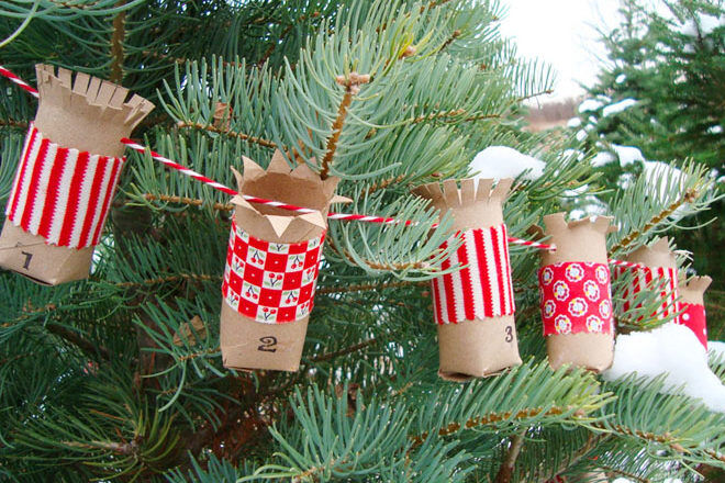 Make this Christmas advent garland with toilet rolls
